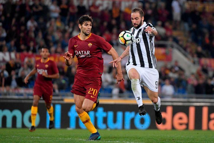Federico Fazio membayang-bayangi Gonzalo Higuain pada saat AS Roma menjamu Juventus pada pertandingan Serie A di Stadion Olimpico, 13 Mei 2018.