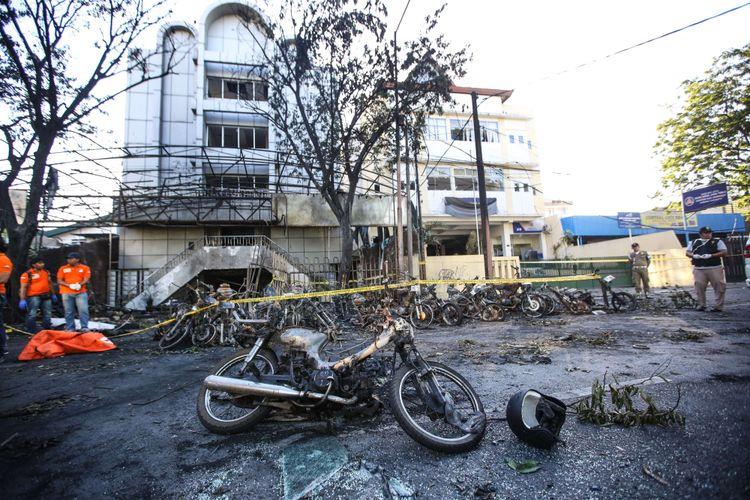 Petugas kepolisian saat olah TKP di Gereja Pantekosta Pusat Surabaya (GPPS) di Jalan Arjuna, Surabaya, Jawa Timur, Minggu (13/5/2018). Hingga pukul 12.30 WIB, jumlah korban ledakan di 3 gereja mencapai 10 korban meninggal dan 41 luka-luka.