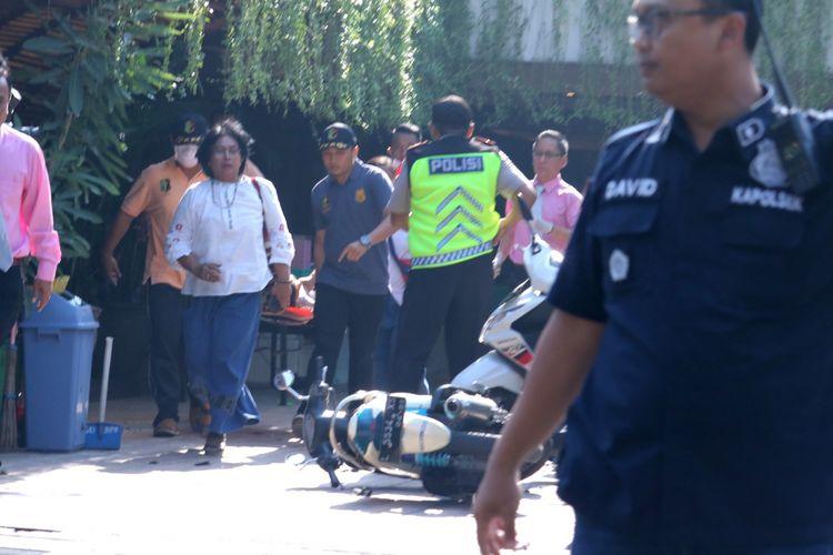 Petugas kepolisian mengevakuasi warga di lokasi ledakan di Gereja Kristen Indonesia, Jalan Diponegoro, Surabaya, Jawa Timur, Minggu (13/5/2018). Menurut keterangan pihak kepolisian setempat terjadi ledakan di tiga lokasi gereja di Surabaya. ANTARA FOTO/Didik Suhartono/kye/18