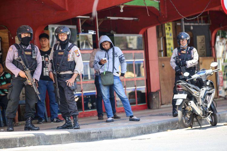 Anggota kepolisian berjaga disekitar wilayah Mapolrestabes Surabaya, Jawa Timur, Senin (14/5/2018). sekitar pukul 08.50 WIB, menyebabkan 4 anggota polisi dan 6 warga terluka.
