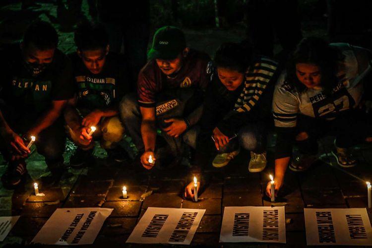 Aksi lilin suporter sepak bola pasca-tragedi bom Surabaya