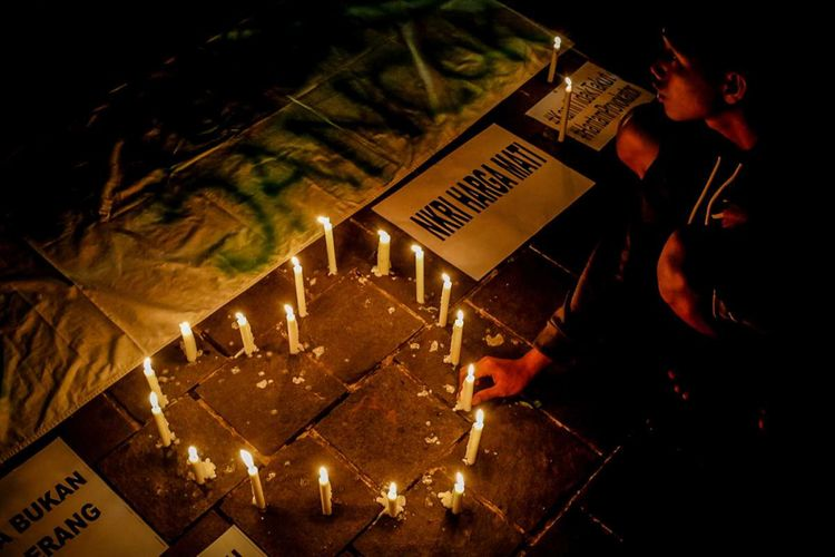 Gabungan suporter klub sepak bola mengggelar aksi solidaritas mengecam aksi terorisme, di Taman Suropati, Jakarta, Senin (14/5/2018). Dalam aksinya mereka berdoa dan menyalakan lilin sebagai simbol duka sekaligus perlawanan terkait rentetan serangan bom yang terjadi di Surabaya dan Sidoarjo, Jawa Timur.