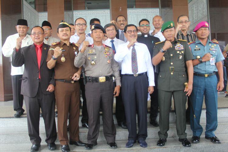 Plt Gubernur Maluku, Zeth Sahuburua didampingi Pangdam XVI Pattimura, Wakapolda Maluku dan tokoh agama, Senin (14/5/2018) menyampaikan pernyataan sikap dan imbauan terkait  adanya aksi serangan bom yang terjadi di Surabaya.