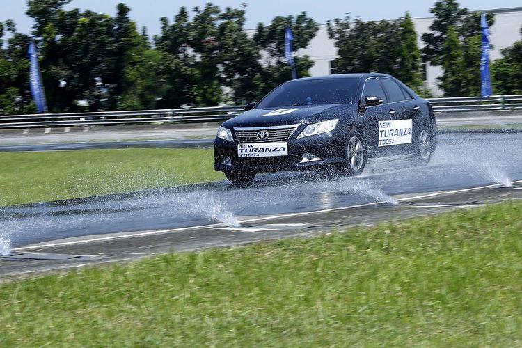 Tes Bridgestone Turanza T005A di jalanan basah.