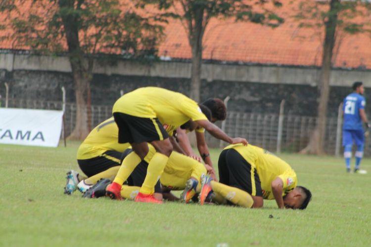 Pemain Semen Padang melakukan selebrasi usai menjebol gawang Persibat.