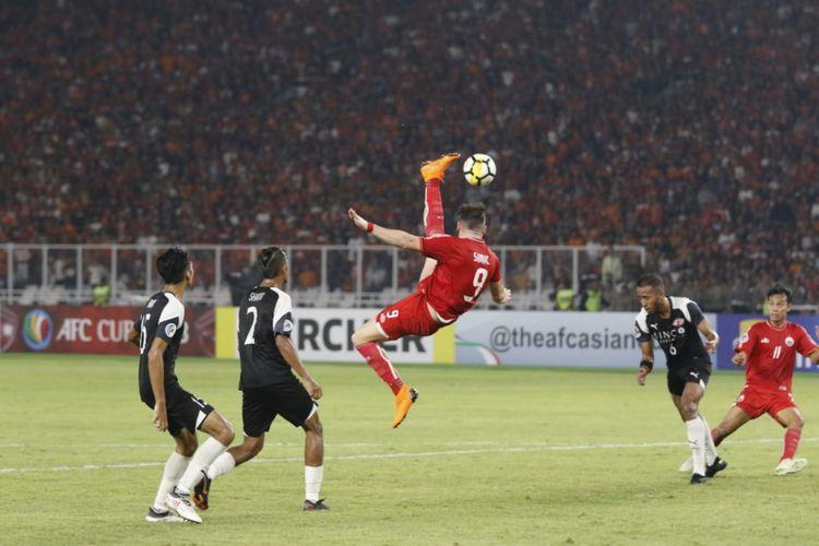 Striker Persija, Marko Simic, berupaya meraih bola saat melawan Home United pada laga kedua semifinal Piala AFC 2018 di SUGBK, Selasa (15/5/2018).