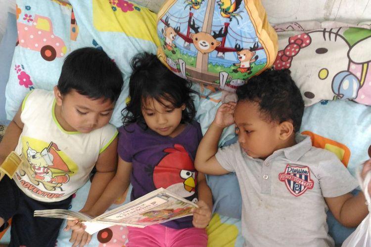 Ilustrasi anak membaca buku