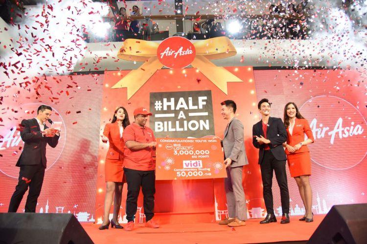 CEO AirAsia Group Tony Fernandes memberikan hadiah terbang gratis seumur hidup kepada dokter asal Thailand, Panut Oprasertsawat, selaku penumpang ke-500 juta selama 16 tahun maskapai tersebut beroperasi. Hadiah diberikan dalam acara yang digelar di Bangkok, Thailand, Selasa (15/5/2018).