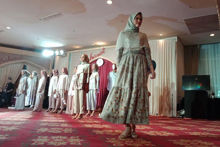 Salah satu koleksi Raya dari label busana muslim KAMI. Tiga koleksi terbaru diperkenalkan, yakni Marra, Hanagami & Varsada dan Promenade di Ballroom Hotel The Ritz Carlton, Jakarta, Rabu (16/5/2018).