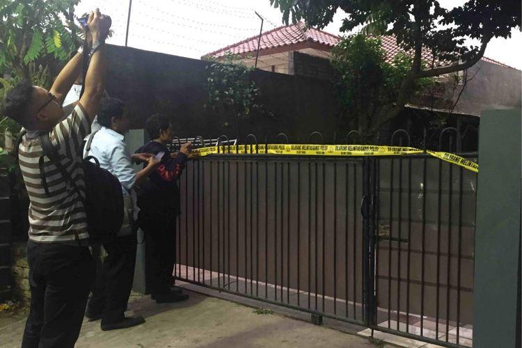 Densus 88 mengamankan Anto, terduga teroris, di kawasan di Tangerang, Banten, Rabu (16/5/2018) siang. Setelah ditangkap, Anto dibawa ke mesnya  di kawasan Perumahan Kunciran Mas Permai, Tangerang.