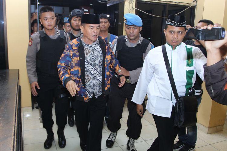 Petugas kepolisian menggiring Bupati Bengkulu Selatan Dirwan Mahmud (kedua kiri) yang terjaring Operasi Tangkap Tangan (OTT) oleh Komisi Pemberantas Korupsi (KPK) saat tiba di Polda Bengkulu, Bengkulu, Selasa (15/5). KPK melakukan OTT terhadap Bupati Bengkulu Selatan Dirwan Mahmud di kediamannya di Jalan Gerak Alam, Manna, Bengkulu Selatan, pada pukul 19.20 Wib. Turut terjaring OTT, istri dari Dirwan Mahmud, Heni Dirwan, wiraswasta JU, dan WA dengan barang bukti uang sekitar Rp100 juta. ANTARA FOTO/David Muharmansyah/kye/18