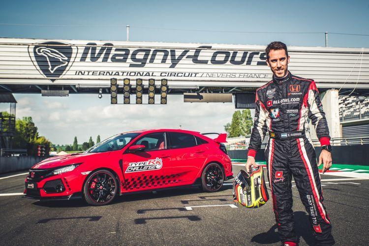 Esteban Guerrieri, pebalap WTCR yang mengemudikan Honda Civic Type R melibas sirkuit Magny-Cours GP, Perancis.