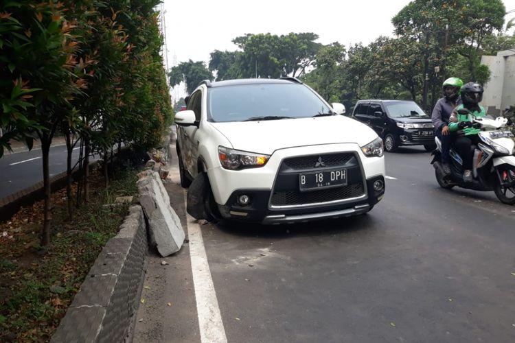 Mitsubishi Outlender hantam median jalan di Jatinegara,  Kamis (17/5/2018)