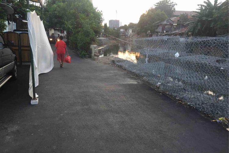Ruas jalan di  Kampung Berlan, RT 012 RW 003, Kelurahan Kebon Manggis, Kecamatan Matraman, Jakarta Timur kini telah bisa dilintasi. Sebelumnya pada Rabu (14/2/2018), jalan tersebut ambles disebabkan tanah di pinggir kali yang berdekatan dengan jalan ambrol, Jumat (18/5/2018).