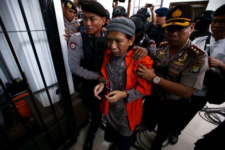 Terdakwa kasus teror bom Thamrin Aman Abdurrahman usai menjalani sidang di Pengadilan Negeri Jakarta Selatan, Jumat (18/5/2018). Ia dituntut hukuman mati oleh jaksa penuntut umum (JPU) karena dianggap sebagai pihak yang bertanggung jawab saat aksi teror di Jalan MH Thamrin, Jakarta Pusat, awal 2016.