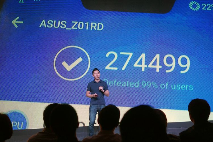 Country Marketing Manager Asus Indonesia Galip Fu memamerkan skor benchmark AnTuTu dari ZenFone 5Z saat acara peluncuran di Jakarta, Kamsi (17/5/2018).