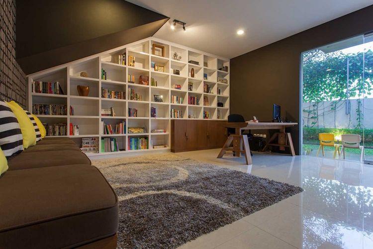 Desain ruang santai Lebak Bulus House Interior di Jakarta karya I N S P I R A T I O.
