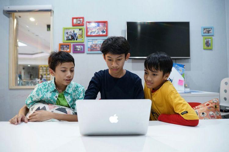 Ilustrasi anak belajar coding untuk membuat games dan aplikasi sendiri.