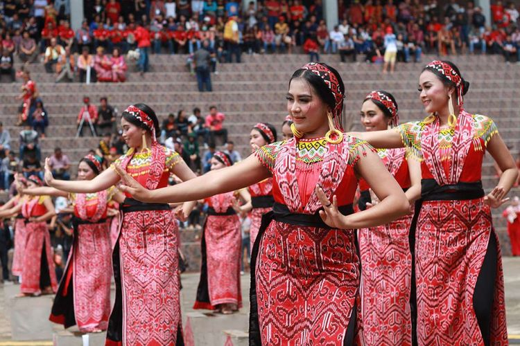 Masyarakat menampilkan pertunjukan seni dan budaya dalam Pekan Gawai Dayak ke-33 di Rumah Radakng, Kota Pontianak, Kalimantan Barat, Minggu (20/5/2018).  Perhelatan gawai ini merupakan salah satu wujud eksistensi seni dan budaya masyarakat Dayak, baik di tingkat nasional dan internasional.