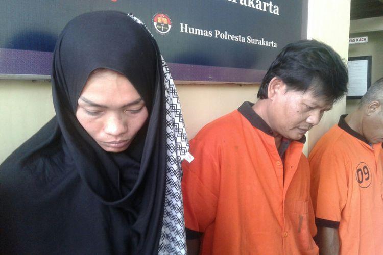 Pasutri diamankan polisi karena menjual paket sabu-sabu di Mapolresta Surakarta, Solo, Jawa Tengah, Senin (21/5/2018).