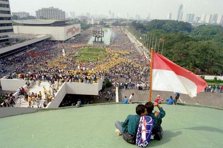 Ribuan mahasiswa menduduki Gedung MPR/DPR saat unjuk rasa menuntut Soeharto mundur sebagai Presiden RI, Jakarta, Mei 1998.