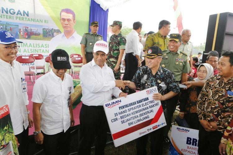 Menteri Pertanian, Andi Amran Sulaiman, menyerahkan bantuan alat mesin pertanian bagi kelompok tani di Kabupaten Lumajang, Jawa Timur, Kamis (24/5/2018)