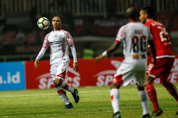 Pemain Persipura Jayapura R Salampessy berebut bola dengan pemain Persija Jakarta  saat Liga 1 2018 di Stadion Pakansari, Bogor, Jumat (25/5/2018). Persija menang dengan skor 2-0.