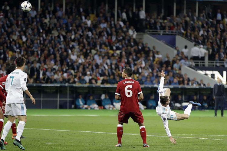Pemain Real Madrid Gareth Bale (kanan) melakukan tendangan yang berujung gol saat laga final Liga Champions 2018 antara Real Madrid kontra Liverpool, di Stadion NSK Olimpiyskiy di Kiev, Ukraina, Sabtu (26/5/2018) waktu setempat. Real Madrid meraih gelar juara Liga Champions 2018 seusai menang 3-1 atas Liverpool.