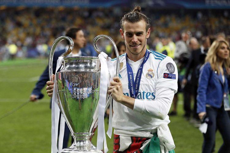 Pemain Real Madrid Gareth Bale memegang trofi usai timnya berhasil mengungguli Liverpool dalam laga final Liga Champions 2018 di Stadion NSK Olimpiyskiy di Kiev, Ukraina, Sabtu (26/5/2018) waktu setempat. Real Madrid meraih gelar juara Liga Champions 2018 seusai menang 3-1 atas Liverpool.