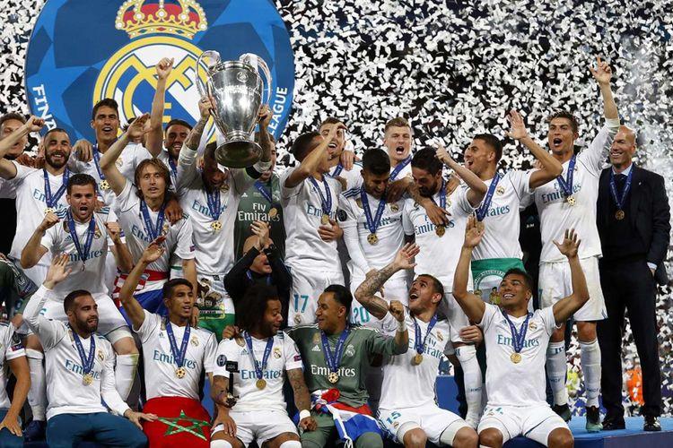 Pemain Real Madrid melakukan selebrasi dengan trofi juara usai mengungguli Liverpool dalam laga final Liga Champions 2018 di Stadion NSK Olimpiyskiy di Kiev, Ukraina, Sabtu (26/5/2018) waktu setempat. Real Madrid meraih gelar juara Liga Champions 2018 seusai menang 3-1 atas Liverpool.