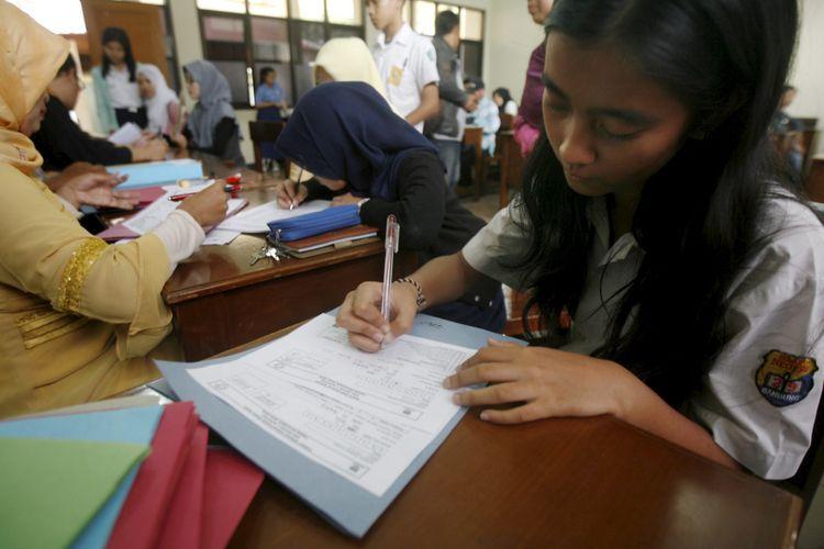 Warga Surabaya Rela Antre dari Subuh Demi Pendaftaran PPDB SMA Negeri