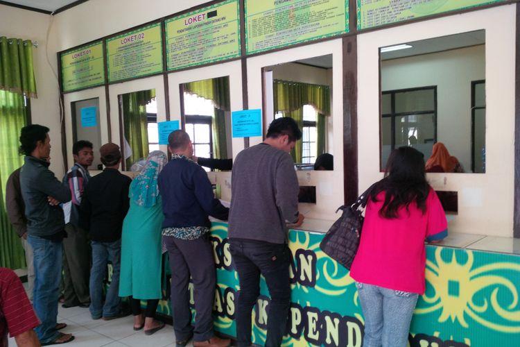 Suasana warga perbatasan Nunukan mengantri untuk memproses pembuatan E-KTP di Dinas Kependudukan dan Catatan Sipil Kabupaten Nunukan, Senin (28/5/2018).