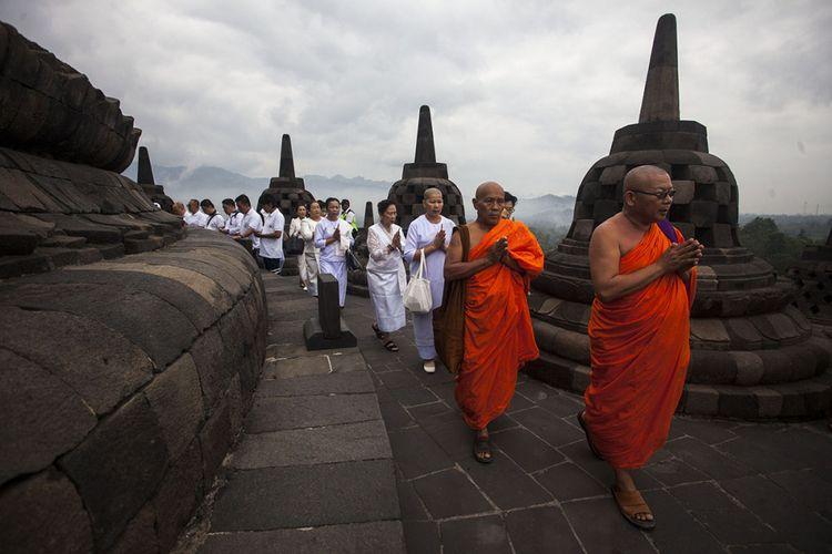 Sejumlah biksu dan umat Buddha melakukan ritual doa pagi Waisak 2018 di Candi Borobudur, Magelang, Jateng, DI Yogyakarta, Selasa (29/5/2018). Doa pagi itu menjadi rangkaian Tri Hari Suci Waisak 2018 atau 2562 BE yang mengangkat tema Transformasikan Kesadaran Delusi Menjadi Kesadaran Murni.