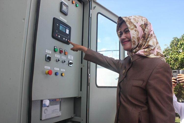Bupati Nunukan Asmin Laura Hafid ketika meresmikan mesin PLTD  PLN.  Kabupaten Nunukan kembali mengalami krisis listrik meski mendapat tambahan pasokan 6 mesin PLTD.