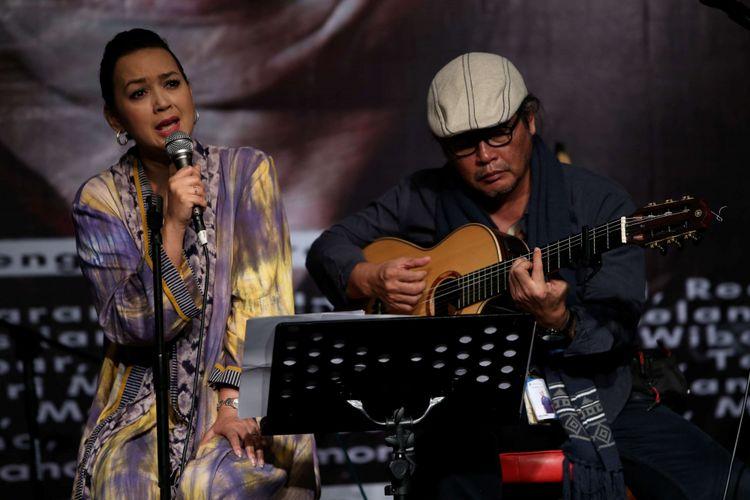 Ira Wibowo dan Jodhi Yudono tampil dalam konser amal untuk Ari Malibu di Bentara Budaya Jakarta, Kamis (3/5/2018). Konser amal yang menampilkan 30-an seniman ini digelar untuk menggalang dana pengobatan penyanyi dan pemain gitar era 80-an Ari Malibu, yang tengah sakit.