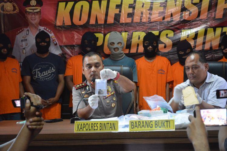 Kapolres Bintan AKBP Boy Herlambang menunjukan barang bukti 3 Kg sabu yang berhasil diamankan dari ketiga terangka saat hendak dselundupkan ke Madura, Jawa Timur.