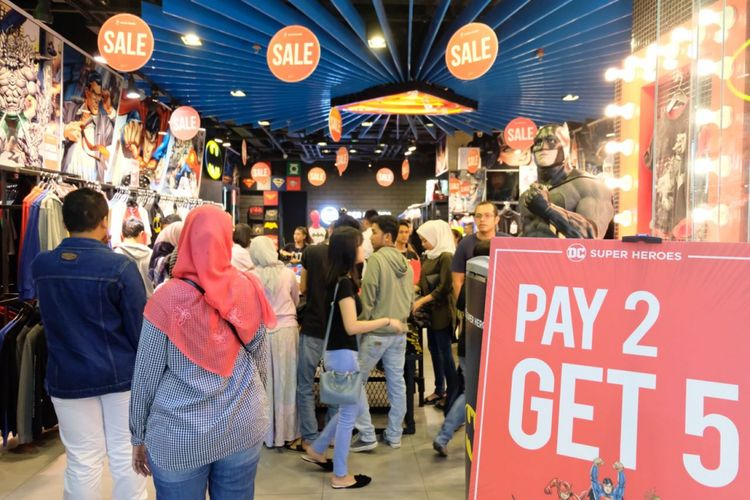 Hingga tengah malam,  Mal Grand Indonesia yang menggelar program midnight sale masih ramai didatangi pengunjung, Sabtu (2/6/2018).