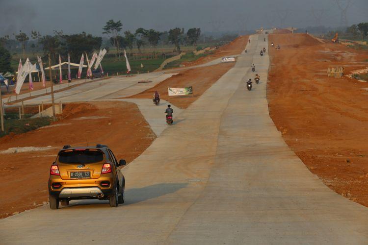 Kendaraan melintas di Tol Pemalang-Batang, Jawa Tengah, Sabtu (2/6/2018). Tol tersebut akan difungsionalkan pada arus mudik lebaran 2018.