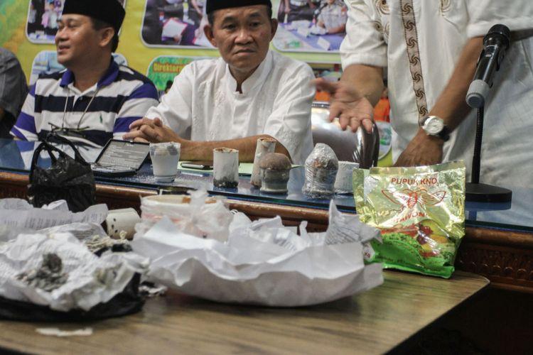 Kapolda Riau Irjen Pol Nandang (tengah) didampingi  Rektor Universitas Riau Aras Mulyadi (kiri) menjelaskan kronologis penangkapan terduga jaringan teroris  di Mapolda Riau, Sabtu (2/6/2018) malam. Tim Densus 88 dan Polda Riau berhasil mengamankan tiga orang terduga teroris yang merupakan alumni Universitas Riau  pada Sabtu siang di Gelanggang Mahasiswa UNRI beserta barang bukti yaitu empat bom yang sudah siap ledak, delapan macam serbuk bahan peledak dan dua busur panah. Bom tersebut direncanakan akan diledakan di  DPRD Provinsi Riau dan DPR RI.