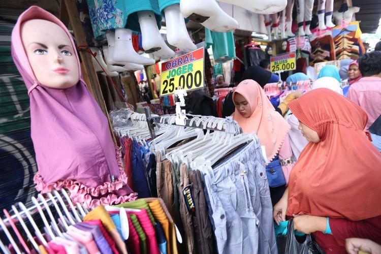 Sejumlah warga saat berbelanja di Pasar Tanah Abang, Jakarta, Senin (4/6/2018). Jelang hari Raya Idul Fitri 1439 Hijriah sejumlah warga mulai memadati pasar Tanah Abang untuk membeli pakaian untuk dijual kembali atau digunakan.