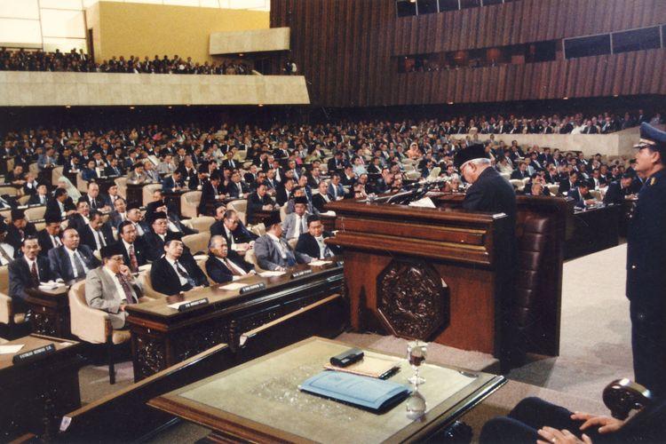 Presiden Soeharto, hari Senin (6/1/1997), menyampaikan keterangan pemerintah tentang Nota Keuangan dan Rancangan APBN 1997/1998 pada Sidang Paripurna DPR yang dipimpin Ketua DPR Wahono di Gedung DPR Senayan, Jakarta.