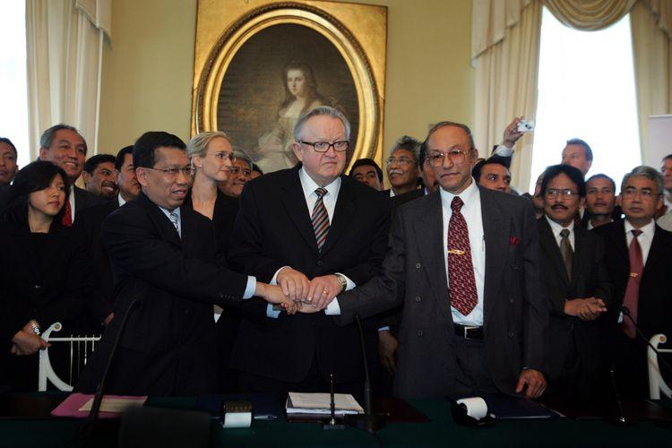 Seusai penandatanganan perjanjian penghentian konflik di Aceh oleh wakil Indonesia dan GAM di Helsinki, Finlandia. Berdiri di tengah adalah mantan Presiden Fillandia Martti Ahsaari.