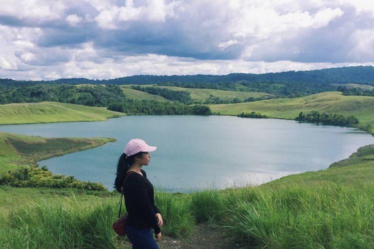 Danau love atau telaga cinta memiliki nama asli Danau Imfore yang terletak di Jayapura, Papua. Penduduk sekitar memberi namanya danau love karena bentuknya yang menyerupai hati.