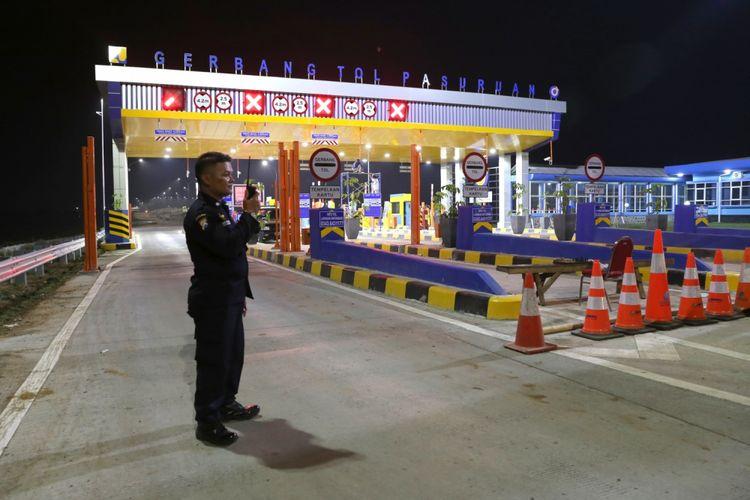 Petugas berjaga di Gerbang Tol Pasuruan, Jawa Timur, Selasa (5/6/2018). Tol Gempol-Pasuruan sudah beroperasi dan dapat dilintasi para pemudik.