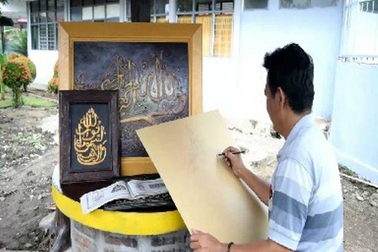 Fatir memeragakan proses melukis kaligrafi di Lapas kelas II B Polewali, Polewali Mandar, Sulawesi Barat, Jumat (1/6/2018). Pada Ramadhan, pesanan kaligrafinya naik hingga 30 pesanan.