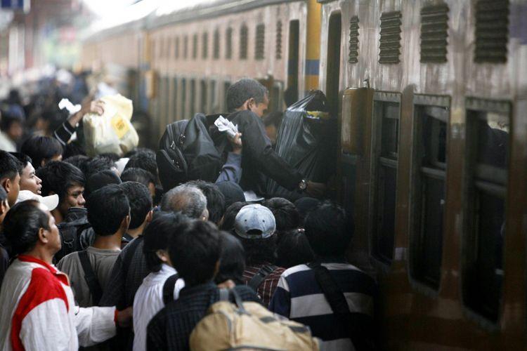 Penumpang berebut naik ke dalam kereta api Matarmaja tambahan tujuan akhir Malang, Jawa Timur, dari Stasiun Pasar Senen, Jakarta Pusat.