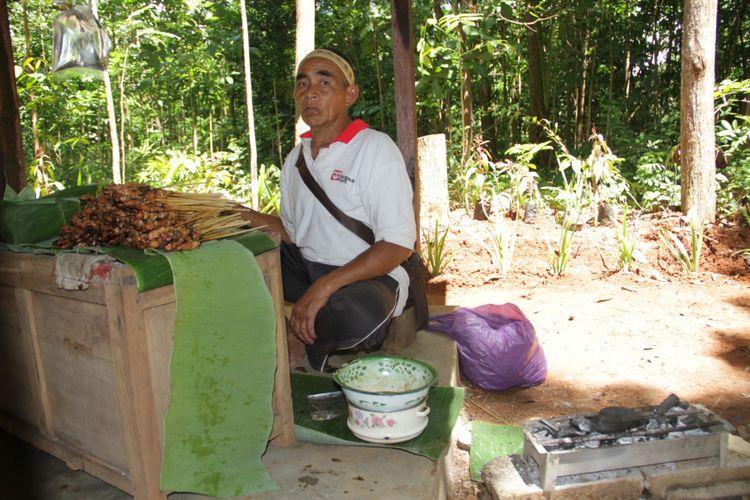 Sate Jowo disajikan di Alas Literasi Banjarharjo, Desa Muntuk, Dlingo, Bantul