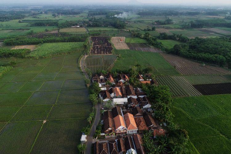 Foto udara bakal lokasi proyek Tol Probolinggo-Banyuwangi di Kecamatan Gending, Kabupaten Probolinggo, Jawa Timur, Rabu (6/6/2018). Jalan Tol Probolinggo-Banyuwangi direncanakan terbagi menjadi tiga seksi yaitu meliputi Seksi I Probolinggo-Besuki (46,1 km), Seksi II Besuki-Curahkalak (59,5 km), dan Seksi III Curahkalak-Ketapang (66,4 km) dan ditargetkan selesai akhir tahun 2019.