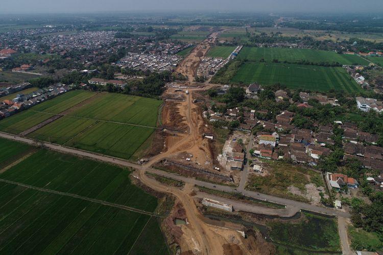 Foto udara progres pembangunan Tol Gempol-Pasuruan seksi 3 di Kabupaten Pasuruan, Jawa Timur, Rabu (6/6/2018). Konstruksi tol Gempol - Pasuruan seksi 3 dari Pasuruan menuju Grati sepanjang 13,65 km ditargetkan rampung pada Oktober 2018.