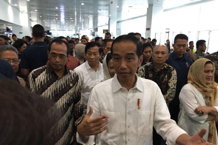 Presiden Joko Widodo saat meninjau terminal baru Bandara Internasional Ahmad Yani di Semarang, Jawa Tengah, Kamis (7/6/2018).